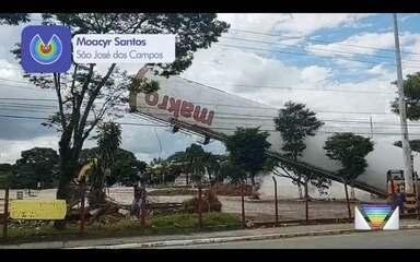 Vídeo mostra caixa d'água sendo demolida em supermercado que pegou fogo em São José
