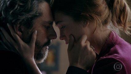 José Alfredo fala para Maria Ísis que a mulher que estava com ele é sua filha