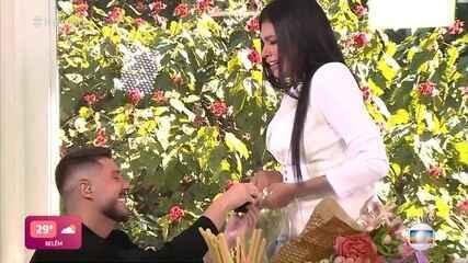 Pocah é surpreendida por pedido de casamento do noivo Ronan