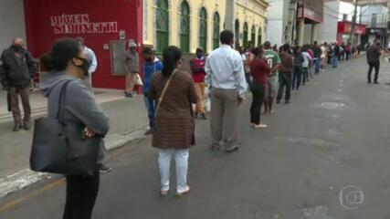 Primeiro dia de saques, em dinheiro, do novo auxílio emergencial teve filas em todo o Brasil