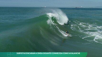 Surfistas encaram a onda gigante conhecida como avalanche