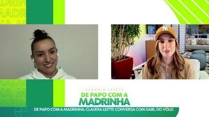 Madrinha da delegação brasileira, Claudia Leite conversa com a Gabi, do vôlei