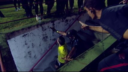 Jogadores e comissão técnica do Sport partem para cima do trio de arbitragem após a final do Pernambucano