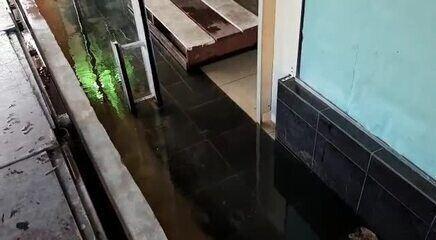 Com cheia recorde, água invade lojas em Manaus