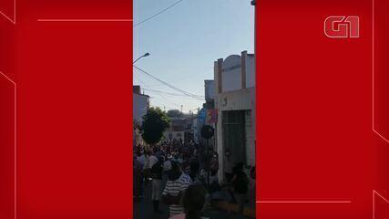 Dezenas de pessoas aglomeraram em filas em busca de atendimento em banco no Ceará