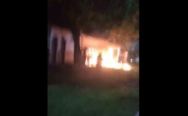 Criminosos ateiam fogo em estação de ônibus em Manaus