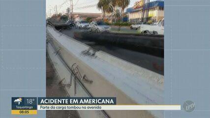 Carga de carreta tomba e atrapalha trânsito de avenida em Americana
