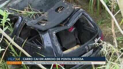 Mãe e filha ficam feridas após carro cair em arroio de Ponta Grossa