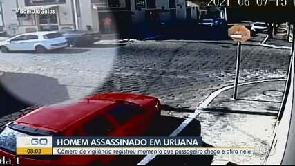 Homem é morto a tiros dentro de carro de luxo em avenida de Uruana; vídeo