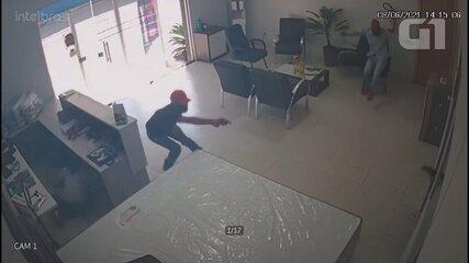 VÍDEO: Comerciante reage a assalto e atira em assaltantes que invadiram loja em RO