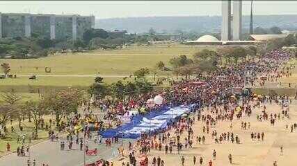 Manifestantes vão às ruas contra o presidente Bolsonaro, em Brasília