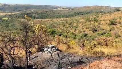 Policiais periciam carro que foi encontrado queimado em área de buscas por Lázaro Barbosa
