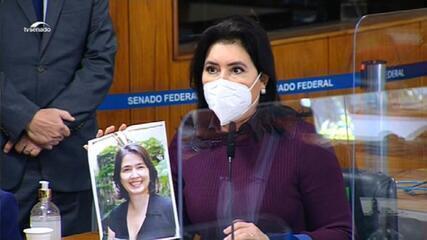 VÍDEO: Simone Tebet lê homenagem de servidores do Senado a colega que morreu com complicações da Covid-19