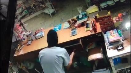 Câmeras de segurança flagram dupla que assaltou loja e sorveteria em Conchas