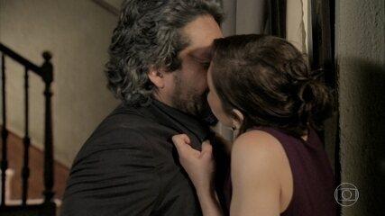 Cora beija José Alfredo e cai desmaiada