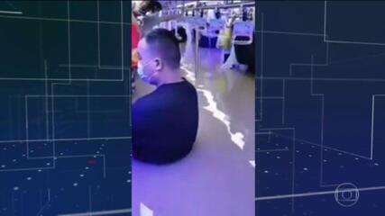 Passageiros na China passam momentos de pavor no metrô, por causa de enchente