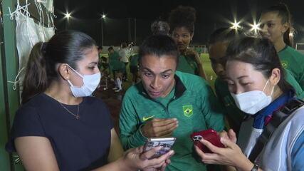 "Voluntários tentam ensinar Marta a cantar a música ""Brasil Chegou"" em japonês"