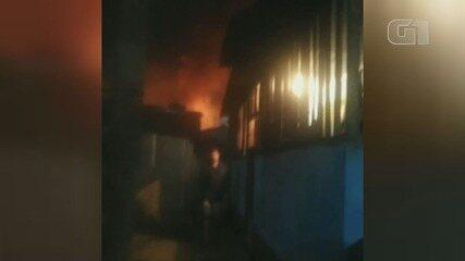 Moradias ficam destruídas após incêndio em comunidade de Santos