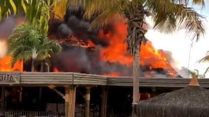 VÍDEO: Incêndio destrói restaurante do Hot Park, em Rio Quente