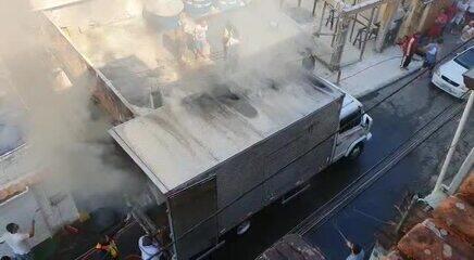 Caminhão que transportava eletrodomésticos pega fogo em Angra dos Reis