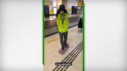 Fadinha desembarca no Aeroporto de Guarulhos andando de skate