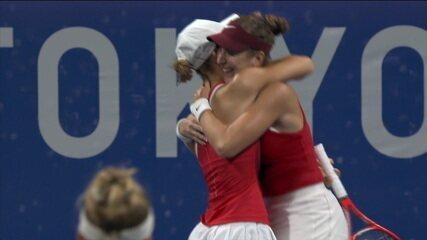 Melhores momentos: Pigossi/Stefani 0 x 2 Bencic/Golubic pela semifinal de duplas do tênis feminino