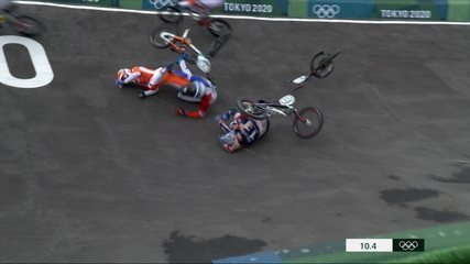 Ciclista Connor Fields cai feio e precisa de atendimento médico