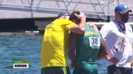 Câmera SporTV mostra Isaquias chorando e sendo consolado por equipe após final do K2 1000m