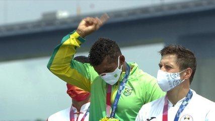 Isaquias Queiroz recebe a medalha de ouro do C1 1000m - Olimpíadas de Tóquio