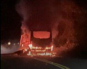 Topique pega fogo durante transporte de passageiros na subida da serra em Palmácia