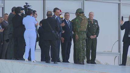 Bolsonaro recebe convite para operação militar; tanques e blindados saem em comboio para desfile