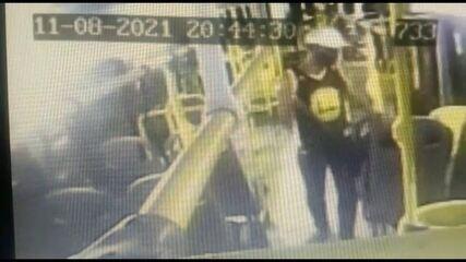 Homem armado com facão ameaça passageiros em assalto a ônibus