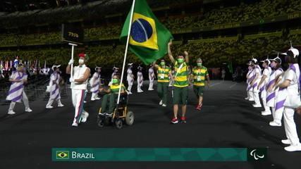 Evelyn Oliveira e Petrúcio Ferreira entram com a bandeira do Brasil na Cerimônia de Abertura