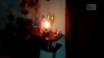 Morador de Morro do Chapéu mostra casa sem energia elétrica durante a noite