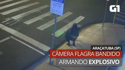 VÍDEO: Flagrante mostra bandido armando explosivo em calçada de Araçatuba, SP