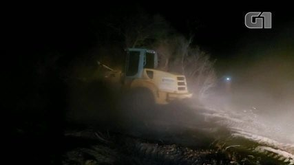 Bombeiros abrem caminhos na mata para combater incêndio na divisa com Ceará