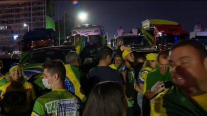 Apoiadores de Bolsonaro furam bloqueio e invadem Esplanada