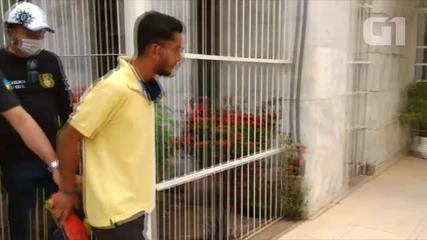 Vídeo mostra momento em que suspeito de envolvimento em assassinato chega na delegacia
