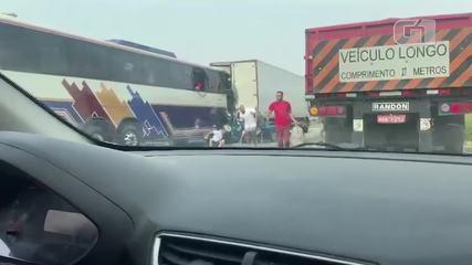 Vídeo mostra passageiros pulando por janela de ônibus após acidente com 6 mortos na Dutra