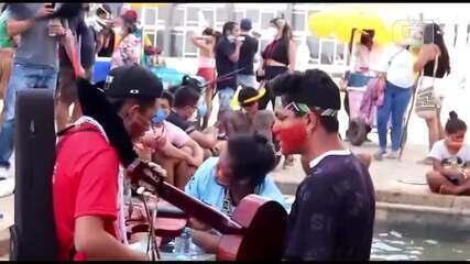 Indígenas cantam na Praça dos Três Poderes, em Brasília