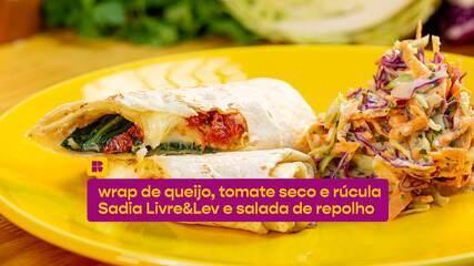Wrap de queijo, tomate seco e rúcula Sadia Livre&Lev servido com salada de repolho