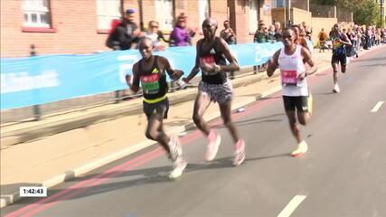 Na linha de frente, atletas compartilham garrafa de água