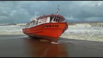 Barco de pesquisa encalhou em praia do ES