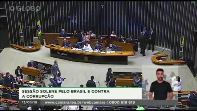Em sessão solene, deputada Carla Zambelli (PSL-SP), que ocupava cadeira de presidente, assobia alto para pedir silêncio ao plenário da Câmara