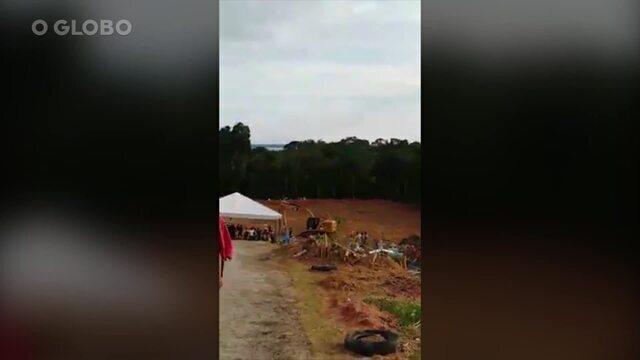 Mortes na capital do Amazonas ultrapassam a marca de 100 por dia, e o cemitério Tarumã (o único da cidade) fica sobrecarregado. A fila de espera é tão grande que o local passou a ter engarrafamentos de carros de funerária.