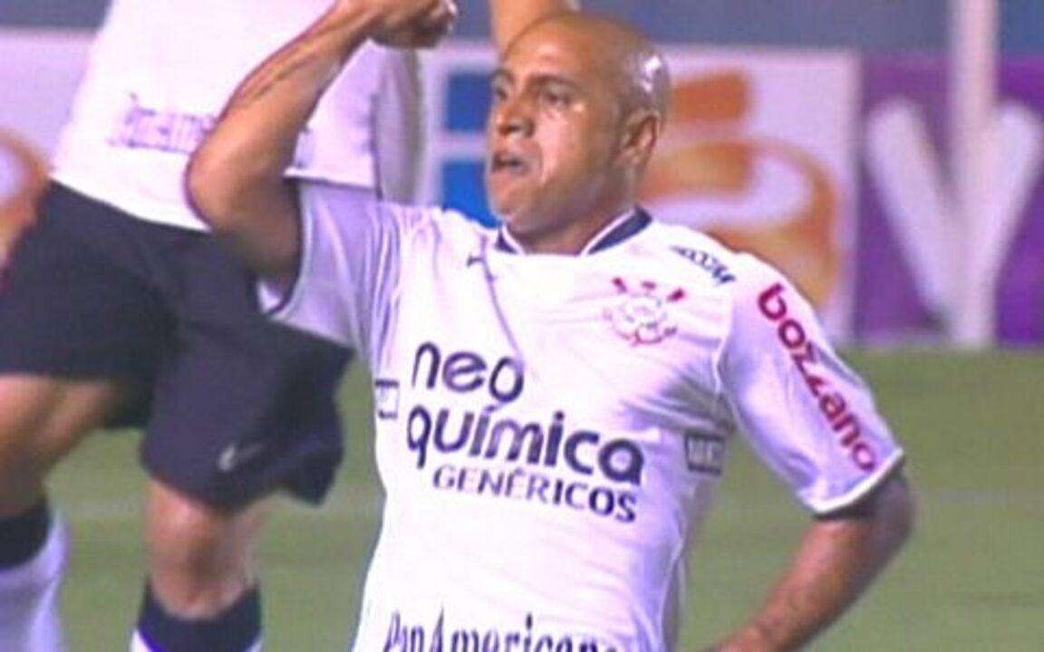 Golaço: Roberto Carlos acerta uma bomba