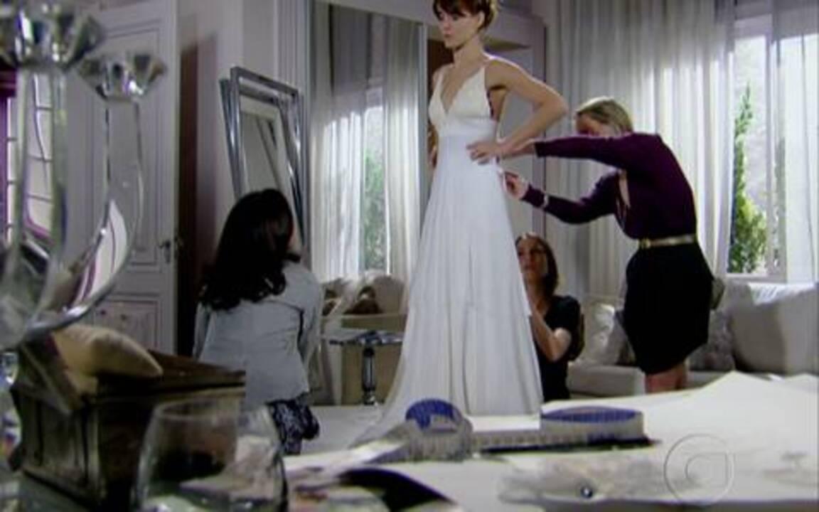 Diana experimenta vestido de noiva