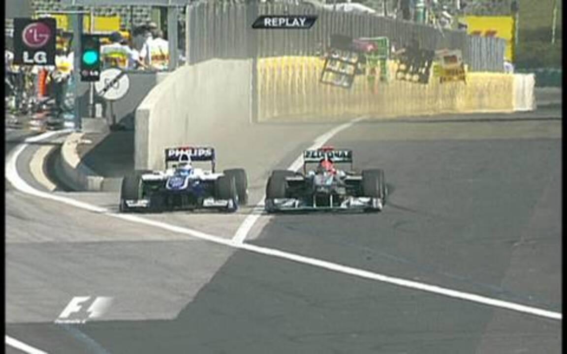 Em 2010, Barrichello ultrapassa Schumacher no limite do muro