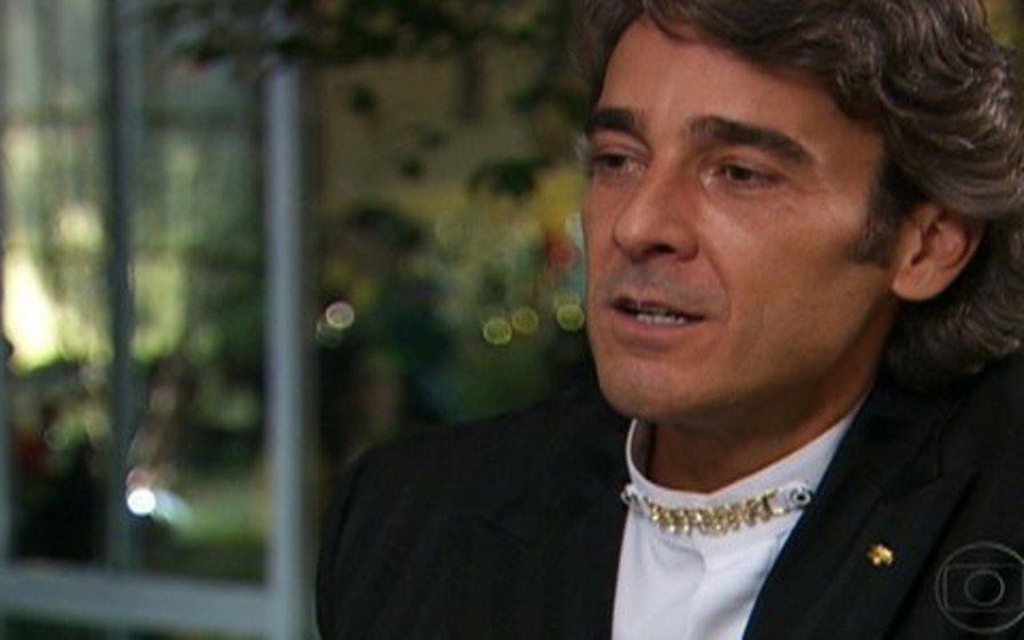 Ti Ti Ti – Capítulo de sábado, dia 07/08/2010 na íntegra - Marcela comenta com Julinho a saída de Edgar. Ele percebe que Marcela está interessada em Edgar.
