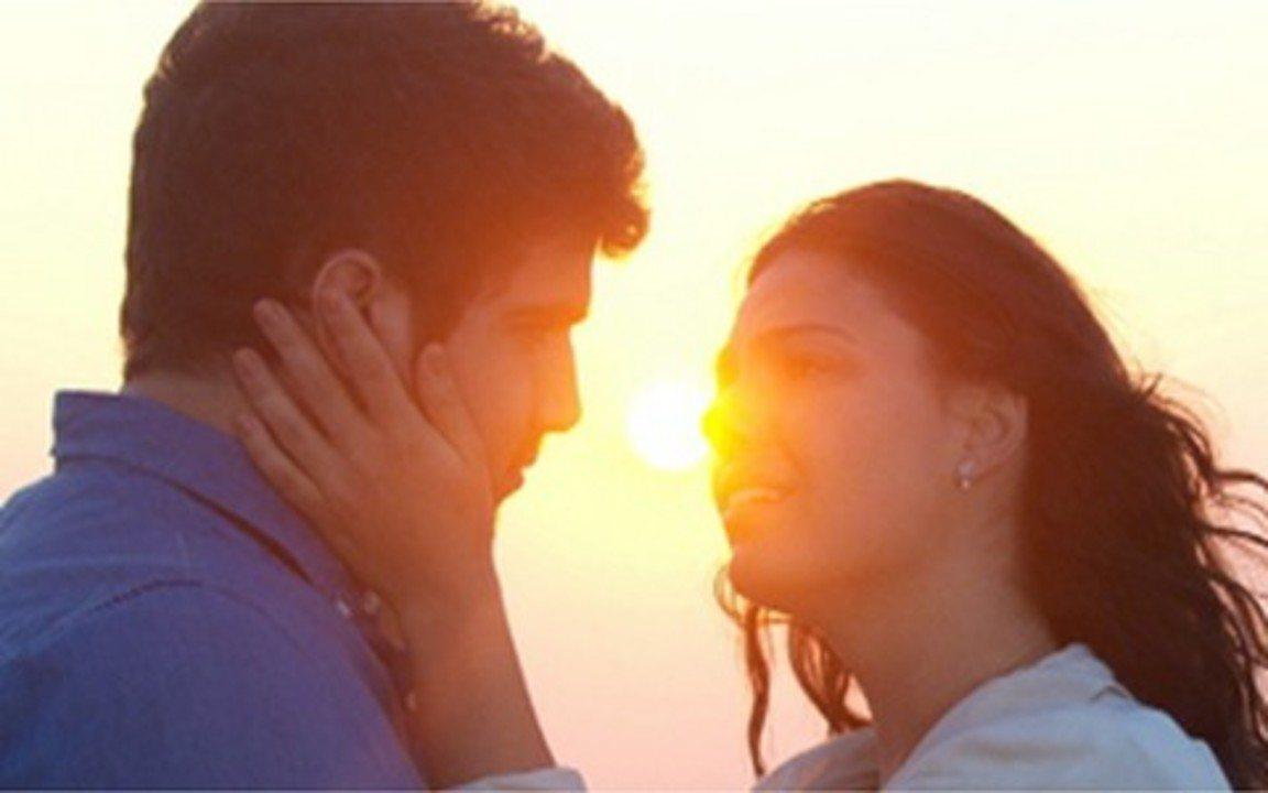 Ti Ti Ti - Capítulo de Segunda-feira, 06/09, na íntegra - Edgar se comove ao falar de Osmar e acaba beijando Marcela apaixonadamente